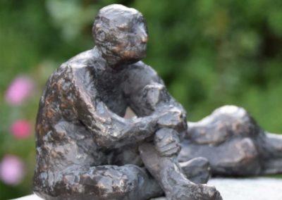 Mann sitzend  |  Bronze